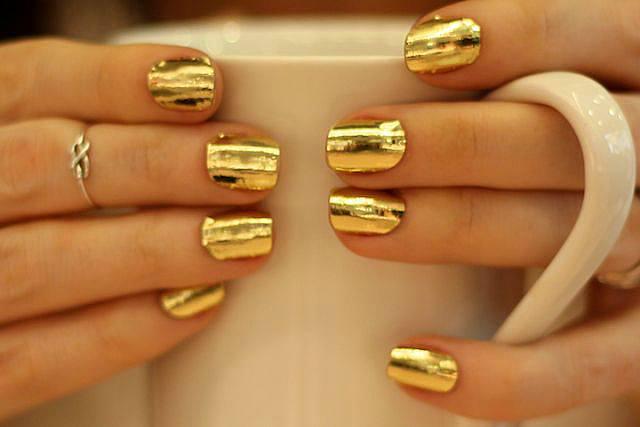 На ногтях золото